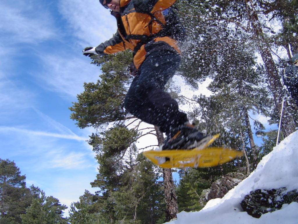 Salto con raqueas de nieve